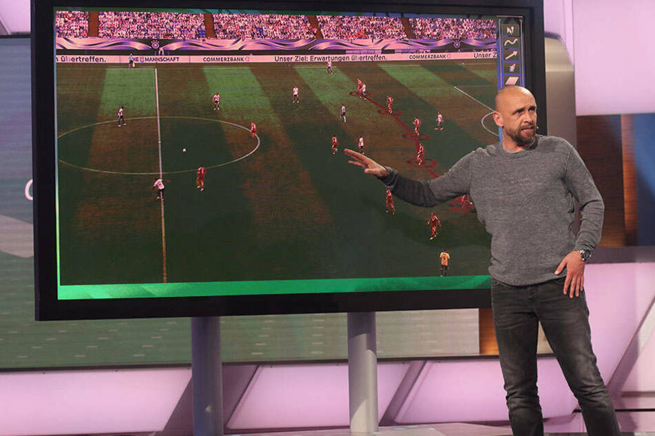 """Hier erklärt Holger """"Stani"""" Stanislwaski (47) den Zuschauern des ZDFs taktische Finessen."""