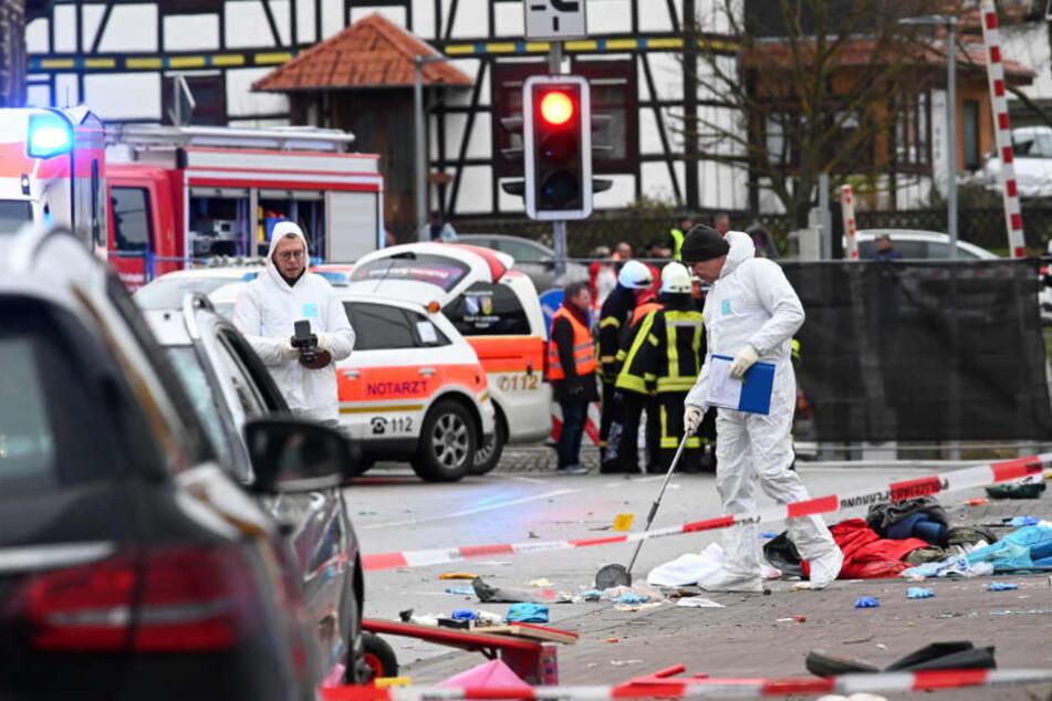 Einsatzkräfte der Polizei nahmen nach der Attacke in Volkmarsen Spuren auf.