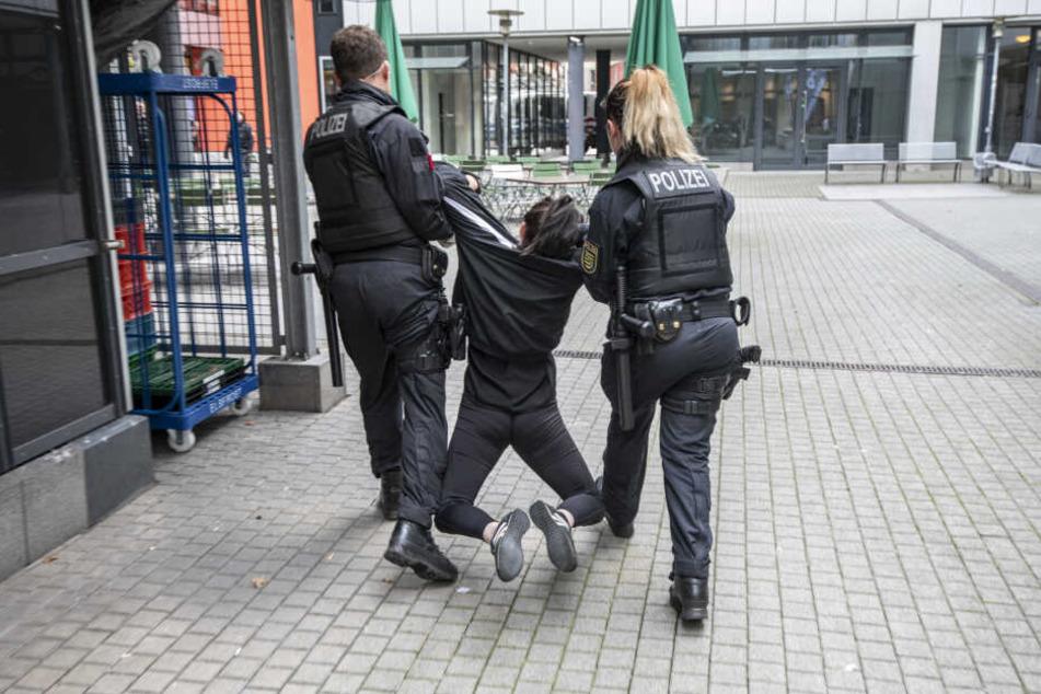 Die Polizei brachte die Aktivisten aus dem Gebäude.