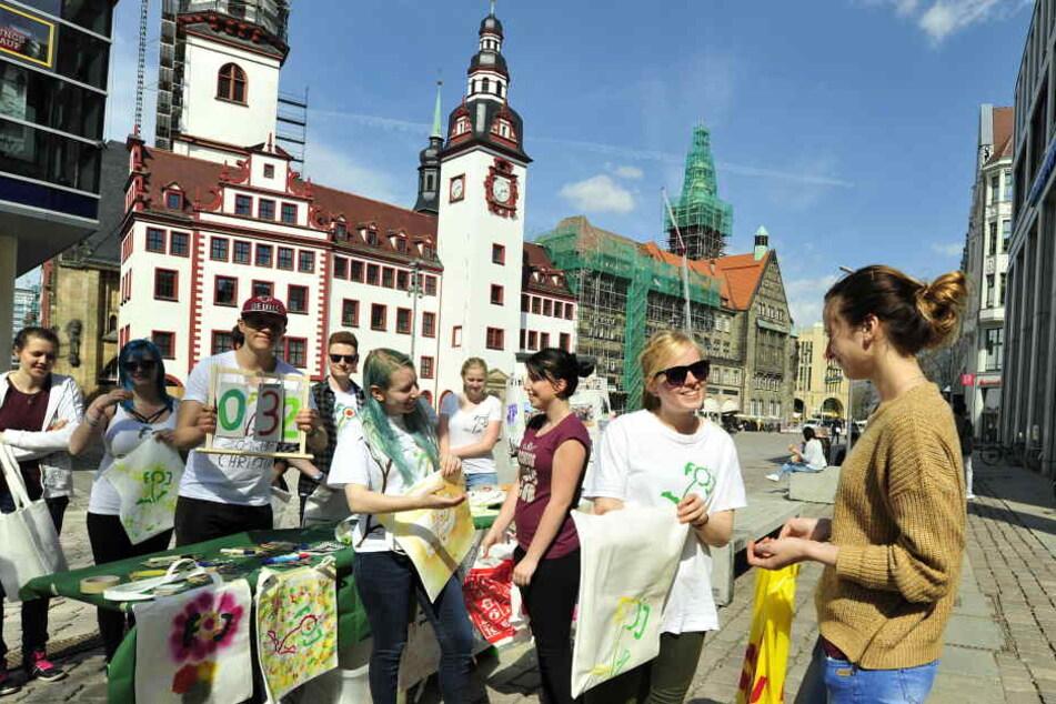 Auf dem Markt tauschten die Öko-Aktivisten bunt bemalte Stoffbeutel gegen  Plastiktüten.
