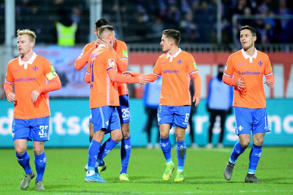 Die Spieler des SV Darmstadt bejubeln das glückliche 1:1.