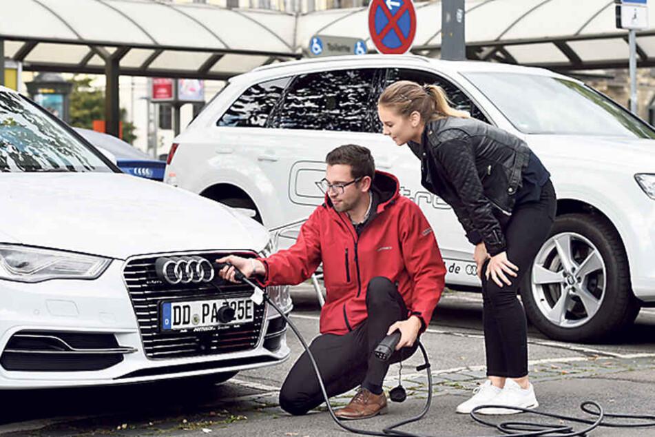 Janina Diener (19) möchte später unbedingt ein Elektroauto fahren. Von  Antonio Lindner (27) vom Autohaus Pattusch lässt sie sich den A3 e-tron  erklären.