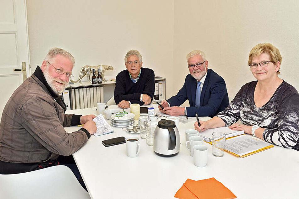 """Müssen 900 Strophen zusammenbekommen: Das Festkomitee um Vereinspräsident Kurt Hähnichen (71, li.) hat bis zum """"Tag der Sachsen"""" ordentlich zu tun."""