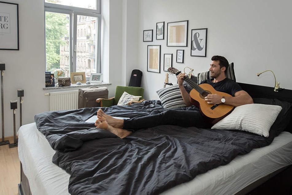Zum Abschalten legt sich der HCE-Profi gern mal aufs Bett, schnappt sich die Gitarre und spielt ein paar Akkorde.