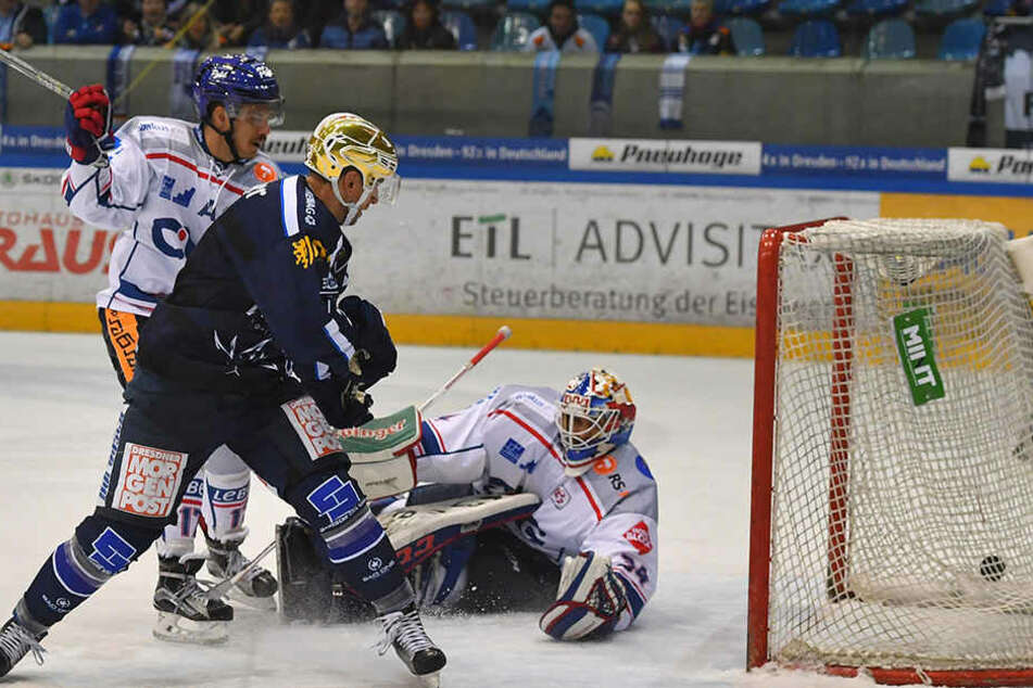 Alexander Höller versenkt den Puck zum 4:3.