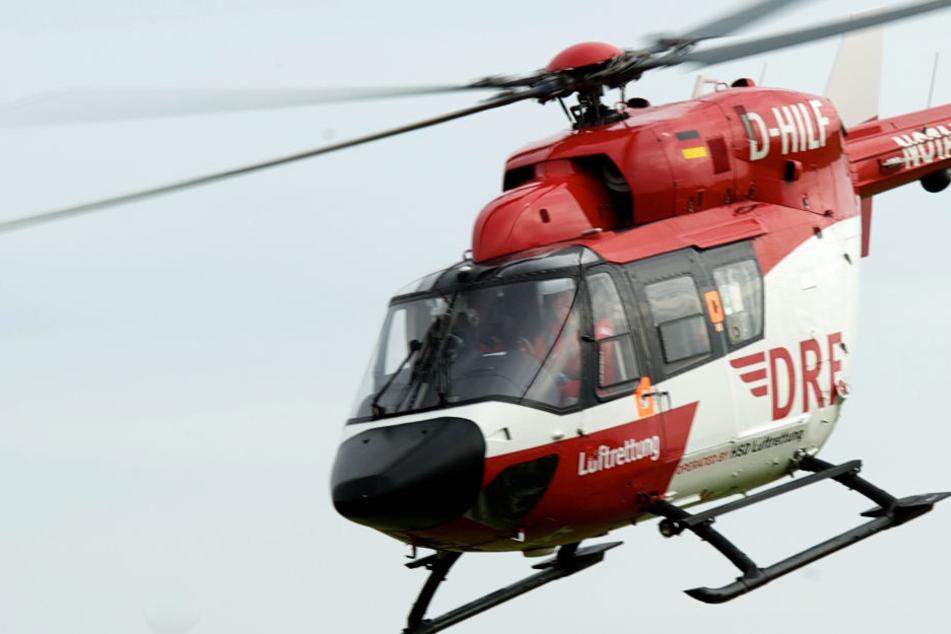 Ein Rettungshubschrauber brachte den 55-Jährigen in eine Klinik (Symbolbild).