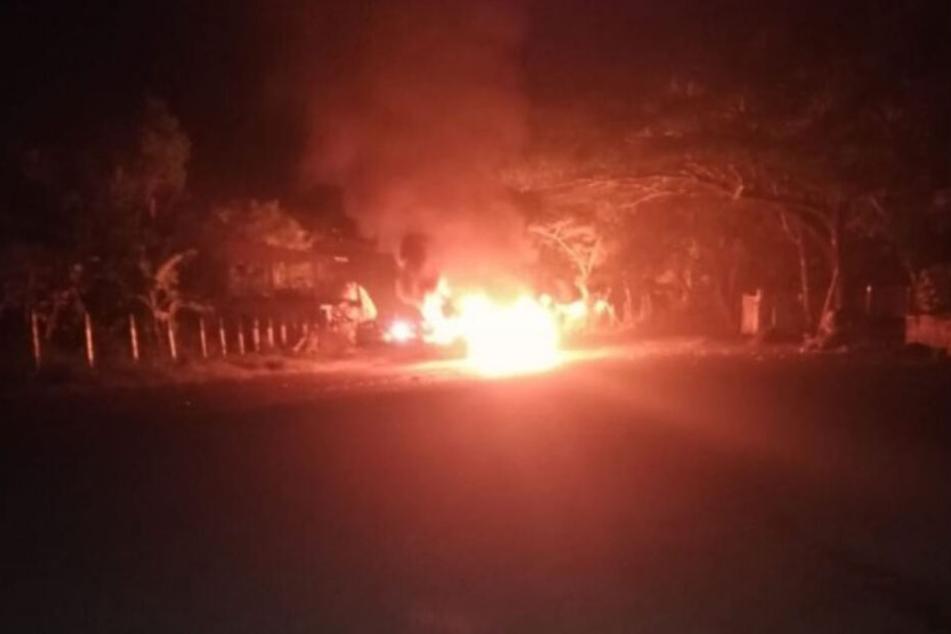 Im Netz kursiert ein Bild, das den brennenden Bus zeigen soll.