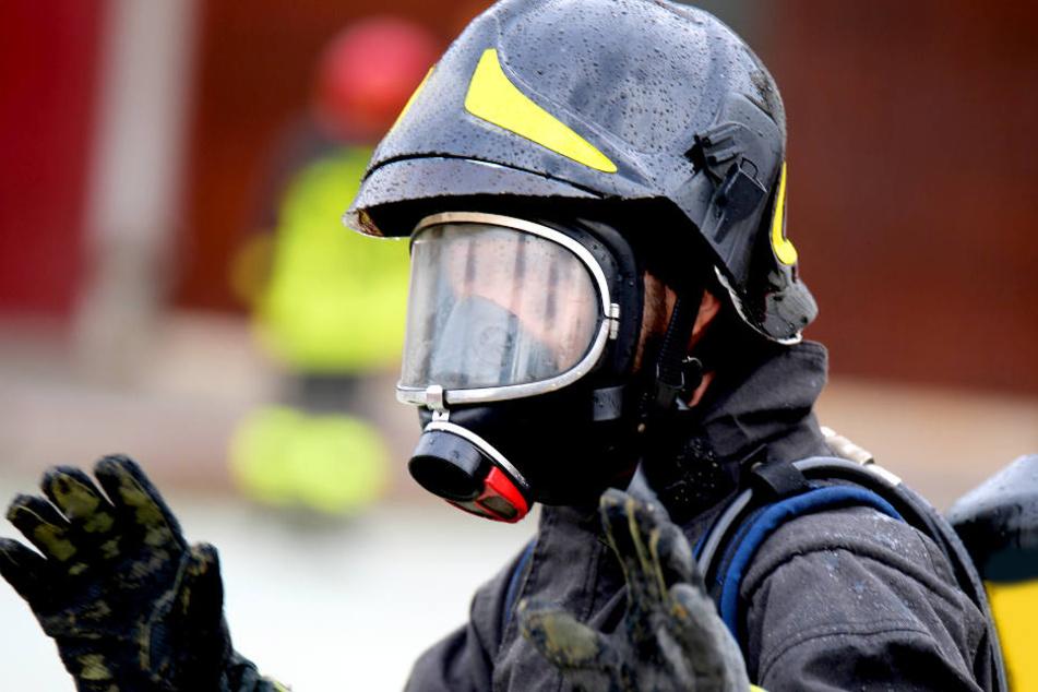 Mit Schutzanzügen sicherten Feuerwehrleute das Paul-Drude-Institut in Berlin-Mitte nach einem Chlorgas-Autritt (Symbolbild).