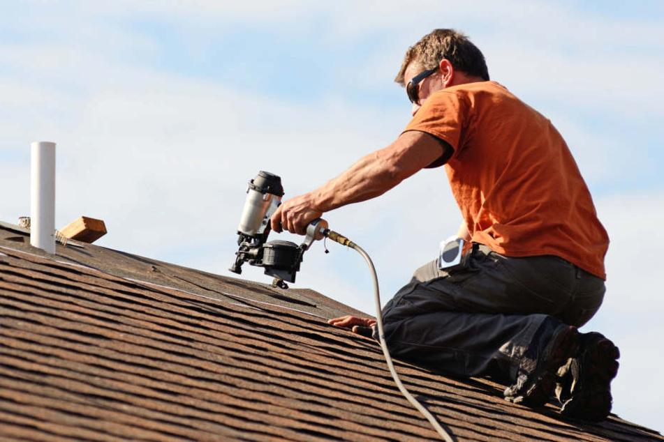 Plötzlich brach ein Bauarbeiter während der Arbeit zusammen und stürzte von einem Hausdach (Symbolbild).