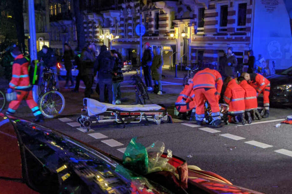 Schwerer Kreuzungs-Crash in Hamburg: Radfahrerin auf Straße geschleudert