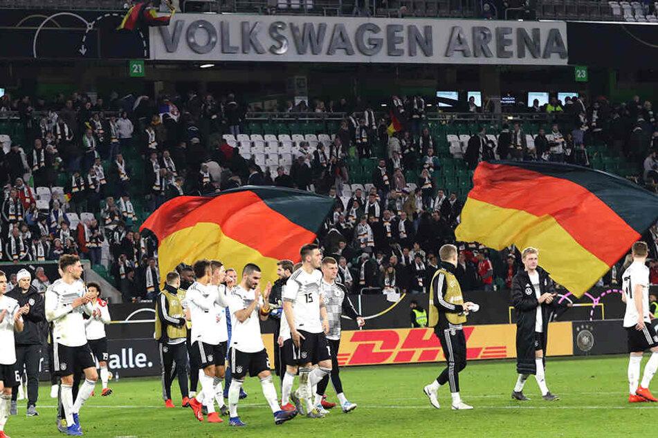 Nach dem Spiel bedankten sich die deutschen Kicker bei den Zuschauern. Doch während des Spiels sollen sich einige Anhänger komplett daneben benommen haben.
