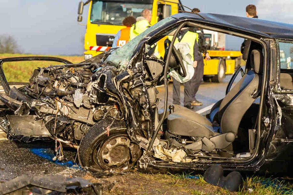 Das Foto zeigt den stark beschädigten VW Lupo.