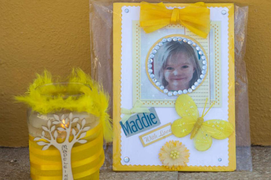 Eine Kerze und ein Porträtfoto des vermissten Kindes.