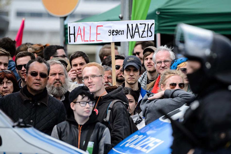 Teilnehmer einer Kundgebung protestieren gegen einen geplanten Aufmarsch der rechten Szene in Halle (Saale) in der Innenstadt.
