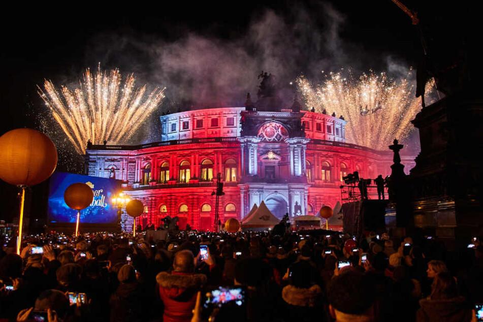 Der 15. SemperOpernball wurde mit einem atemberaubend schönen Feuerwerk eröffnet.