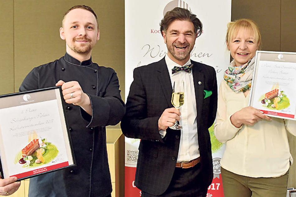 Kochsternstunden-Veranstalter  Clemens Lutz (46) mit den Gewinnern: Chefkoch Christian Weidt (32, l.) und  Servicekraft Nadine Butter (34).