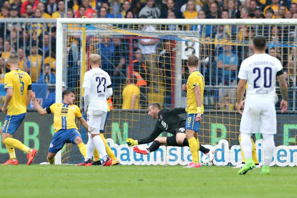 Der Ball hat nach Dimitrij Nazarovs Volleyabnahme den Weg durch Freund und  Feind ins Braunschweiger Tor gefunden.