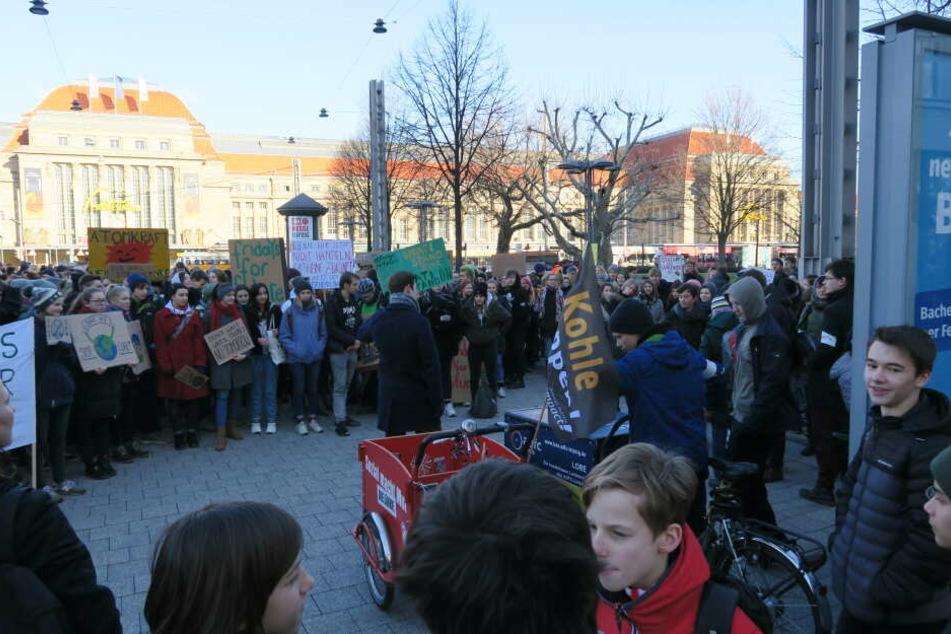 Nach einer kurzen Kundgebung auf dem Willy-Brand-Platz ging es über den Augustusplatz zum Wilhelm-Leuschner-Platz.