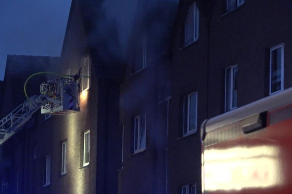 Die Feuerwehr setzte bei dem Einsatz in Köln-Porz die Drehleitern ein.