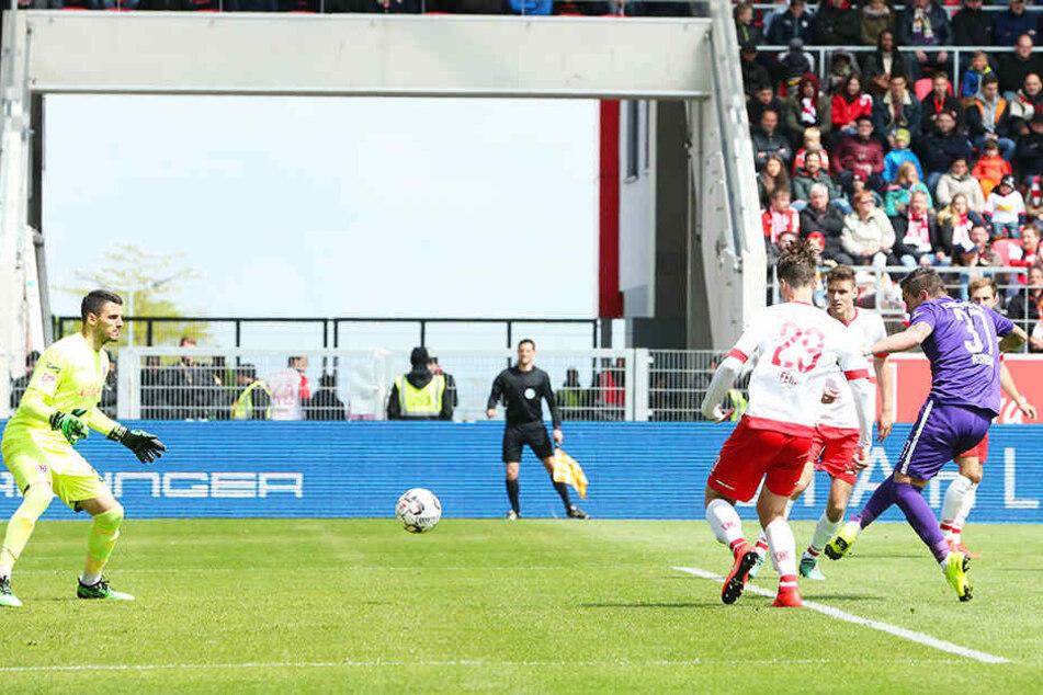 Sein 15. und letzte Saisontor: Pascal Testroet traf in Regensburg zur 1:0-Führung. Aue siegte 3:1 und sicherte sich beim SSV Jahn den Klassenerhalt.