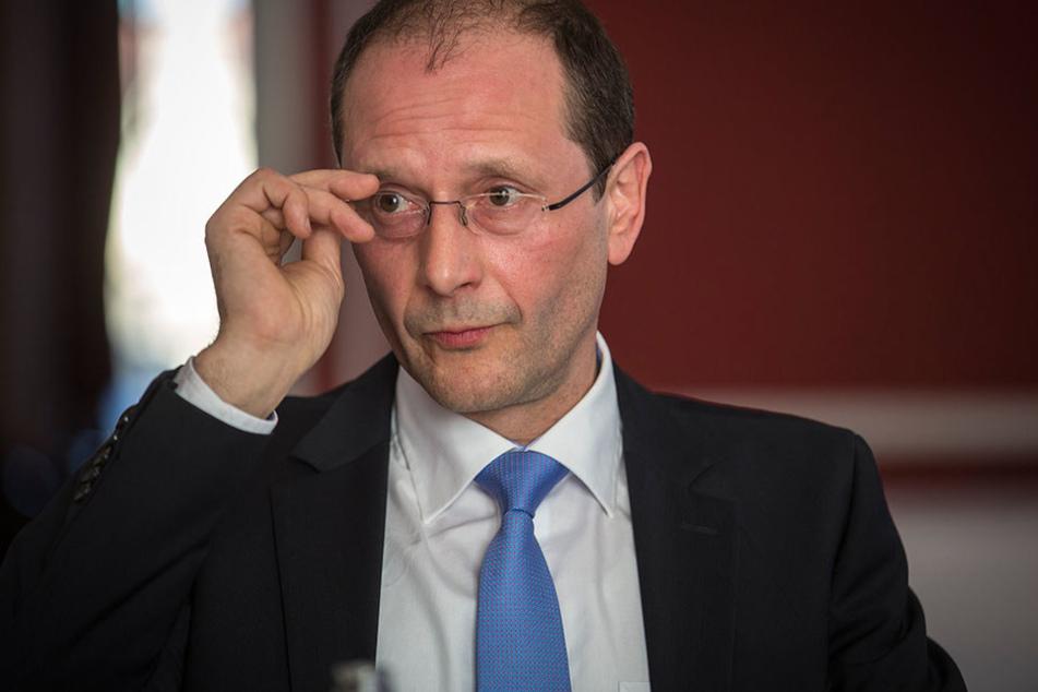 Minister Markus Ulbig (52, CDU) ist mit der Beschwerdestelle zufrieden. Ihre  Einrichtung stand im CDU/SPD-Koalitionsvertrag.