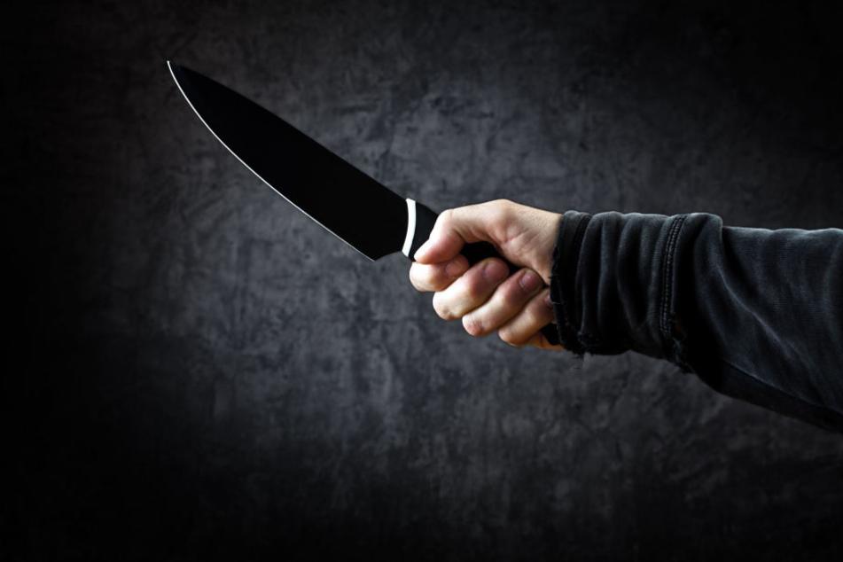 Die Täter schreckten nicht davor zurück einen Angestellten und einen Gast des Kaffeehauses mit einem Messer und Pfefferspray zu bedrohen (Symbolbild).