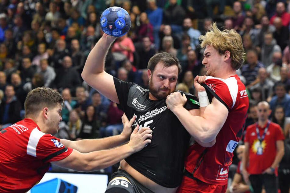 Der fünffache Dresdner Torschütze Jonas Thümmler wird hier von Moritz Schade (l.) und Valentin Spohn in die Zange genommen.