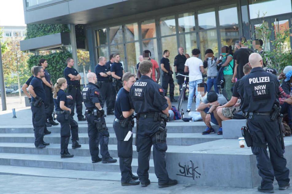 Mehrere Polizisten kontrollierten in der vergangen Woche Personen am Kesselbrink. (Archivbild)