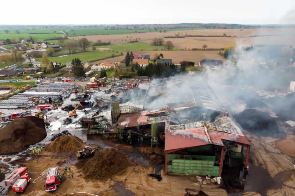 Das Luftbild zeigt das ganze Ausmaß des Feuers.