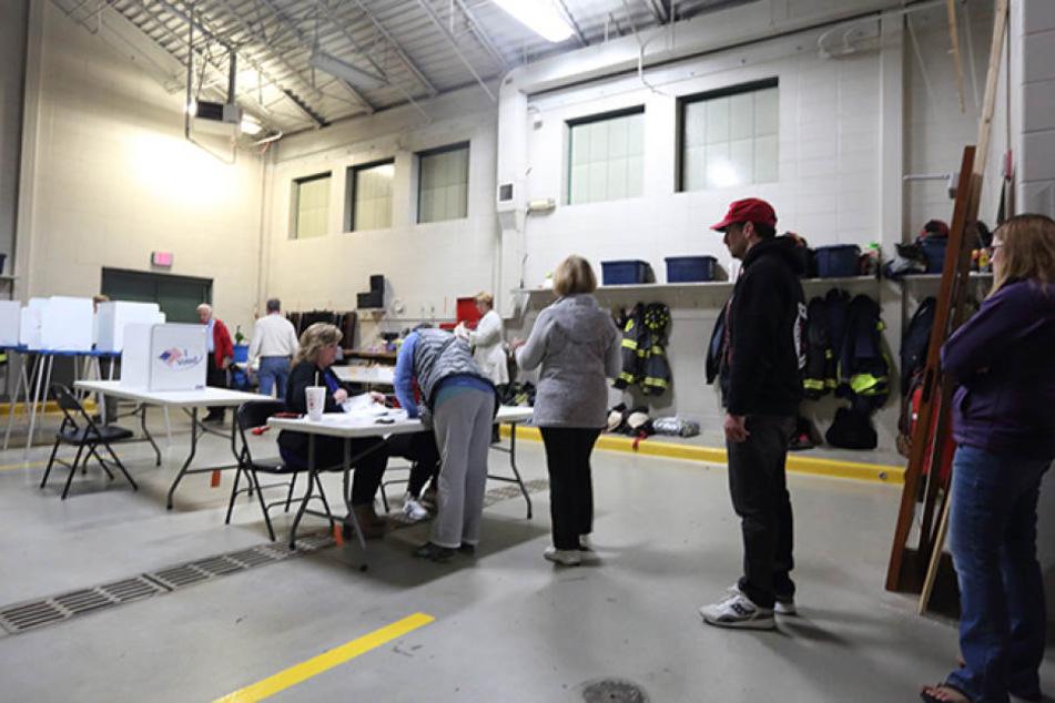 Während die Kandidaten noch bei ihren letzten Wahlkampfauftritten auf der Bühne standen, wurden am Dienstag bereits die ersten Stimmen ausgezählt.