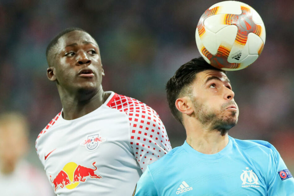 Marseilles Morgan Sanson köpft den Ball neben Leipzigs Ibrahima Konate (links).