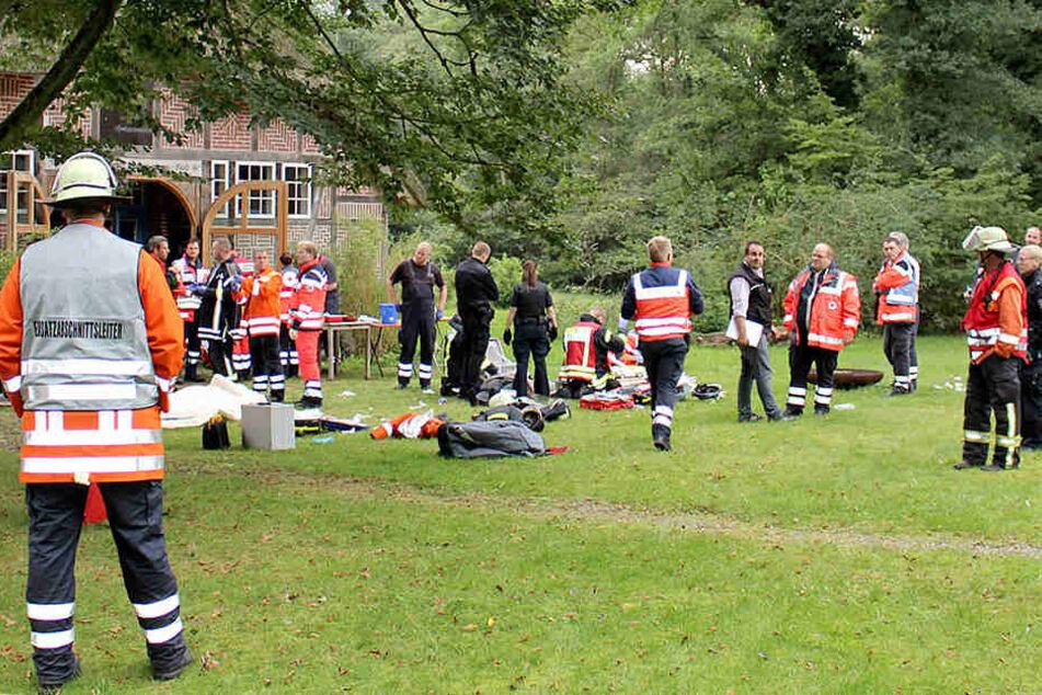Feuerwehrmänner, Rettungskräfte und Rettungsfahrzeuge während des Notfalleinsatzes vor dem Tagungszentrum.