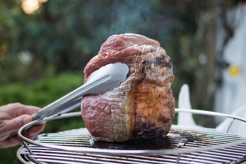 Dieser Anblick lässt bei vielen das Wasser im Mund laufen. Doch Obacht! Ganz ungefährlich ist der gegrillte Fleischgenuss vom Kohlegrill nicht.