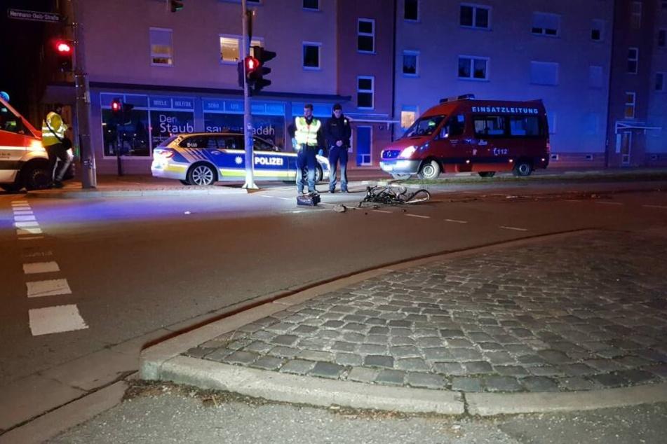 Der Lkw Fahrer bog rechts in die Straße ab und übersah dabei die Frau, die geradeaus fuhr.