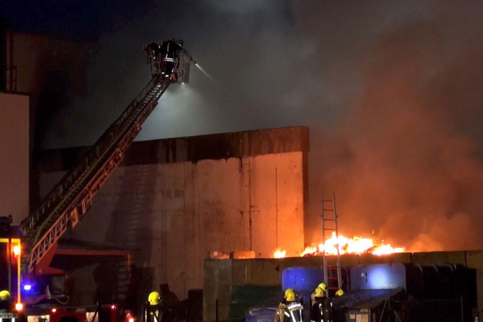Löschwasser-Versorgung schwierig: Meterhohe Flammen auf Recyclinghof