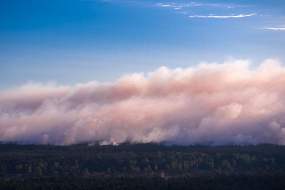 Der aufsteigende Rauch verdichtet sich zu einer riesigen Wolke.