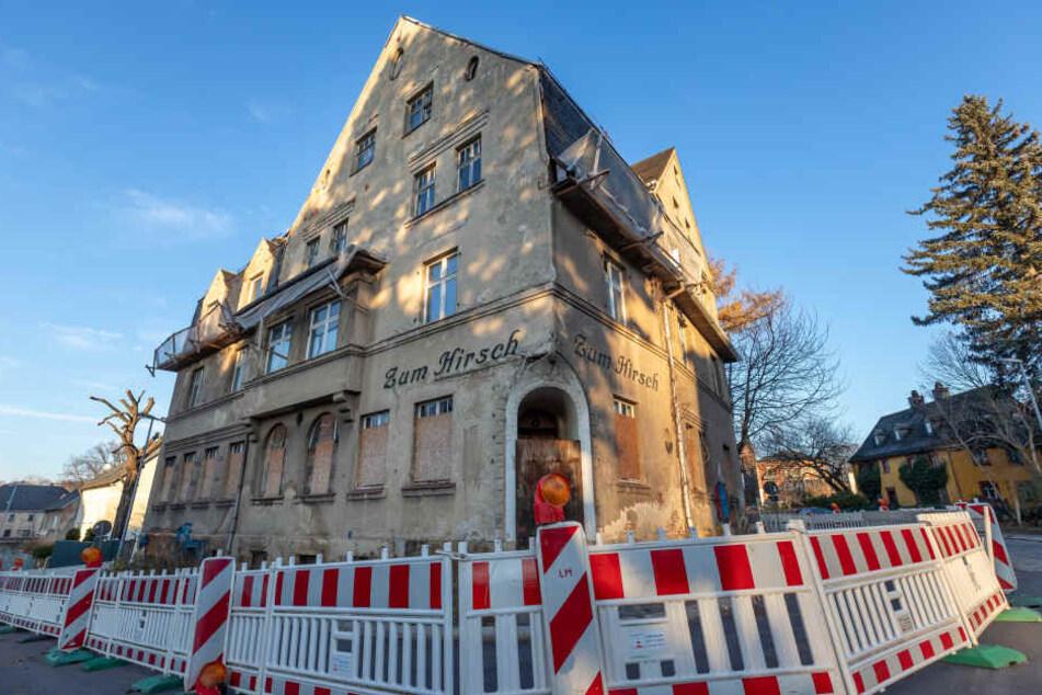 """Einst ein angesehenes Lokal, heute eine Ruine: Der Gasthof """"Zum Hirsch"""" verfällt immer weiter und bringt Anwohner auf die Palme. Nun hat die Stadt dem Eigentümer ein Ultimatum gestellt."""