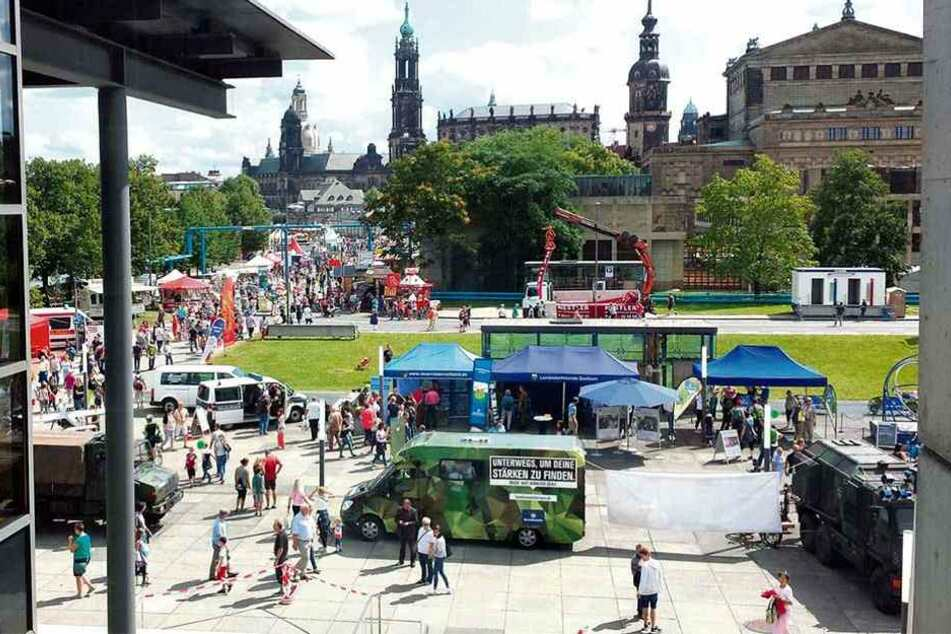 """Die """"Blaulichtmeile"""" zum Stadtfest vor dem Landtag wird Ausstellungsort für Dresdens berühmteste Bombe."""