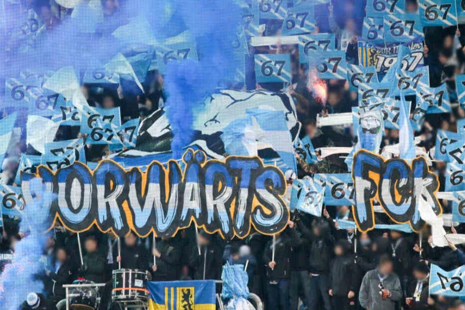 Im Chemnitzer Fanblock wurden beim Einlaufen der Mannschaften mindestens drei blaue Nebeltöpfe und vier Blinker gezündet.