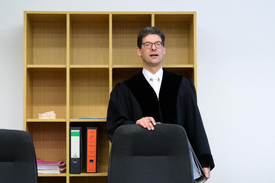 Richter Philipp Stoll eröffnet den Prozess.
