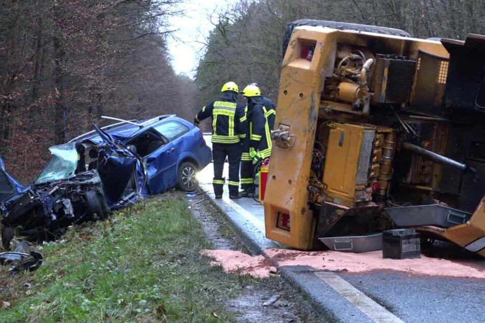 Auto kracht beim Überholen in Bagger: Fahrer (†32) stirbt