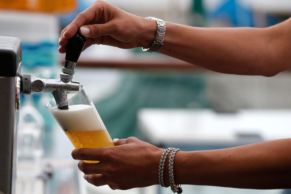 Eine Servicekraft zapft in einer Gaststätte ein Bier. Besonders in der Gastronomie gibt es viele Minijobber.