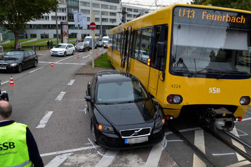 Nachdem eine 54-Jährige in der Pragstraße verbotenerweise gewendet hatte, kam es zum Unfall mit der Stadtbahn.