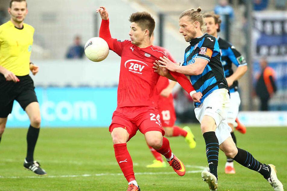 Überzeugendes Startelf-Debüt! Julian Hodek behauptet sich gegen den Frankfurter Marc Heitmeier (r.).