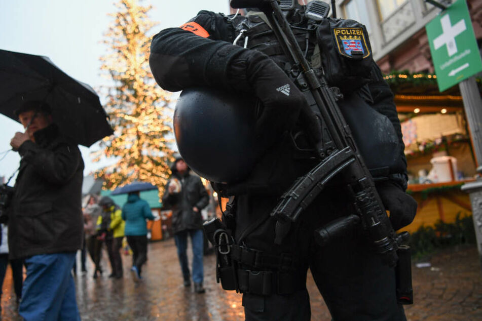 Bewaffnete Polizisten für die Sicherheit: Auf den hessischen Weihachtsmärkten muss man sich an dieses Bild gewöhnen.