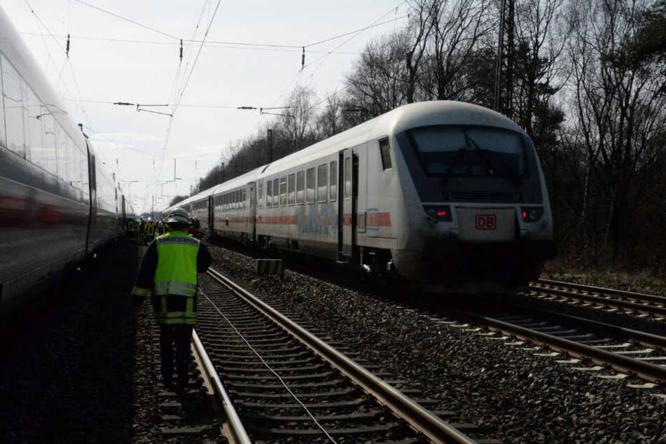 Die Fahrgäste mussten von dem ICE in einen IC umsteigen.