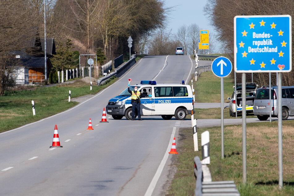 Die wegen der Corona-Pandemie geschlossene Grenze zwischen Deutschland und Österreich soll nach Informationen der österreichischen Nachrichtenagentur APA am 15. Juni wieder vollständig geöffnet werden.