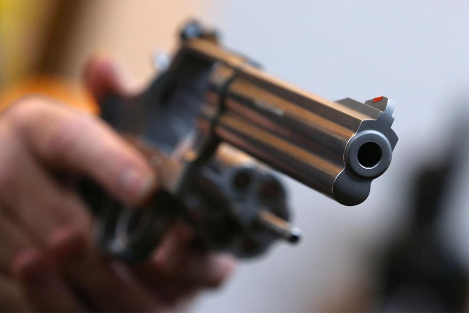 Drei Unbekannte überfielen vier Jugendliche in Eutritzsch. Dabei schossen sie mit einer nicht näher identifizierten Schusswaffe in die Luft. (Symbolbild)