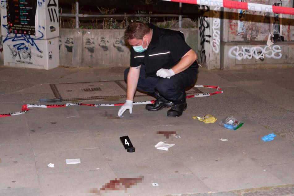 Ein Ermittler untersucht am Donnerstagabend den Tatort in Hamburg-St. Pauli.