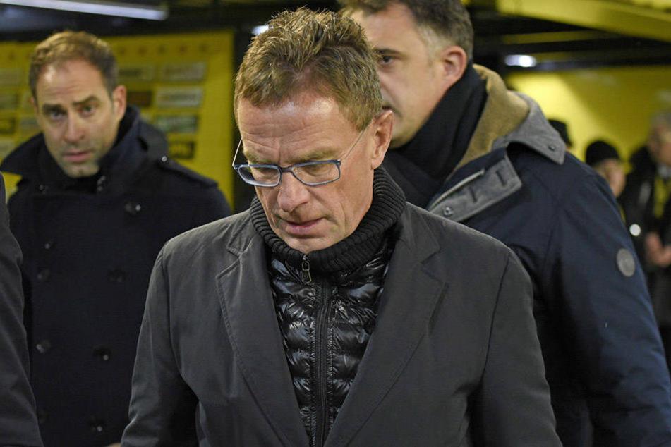 Hängende Köpfe bei Ralf Rangnick, dem Vorstandsvorsitzenden Oliver Mintzlaff (l.) und Geschäftsführer Ulrich Wolter (hinten r.) nach dem 0:1 in Dortmund.
